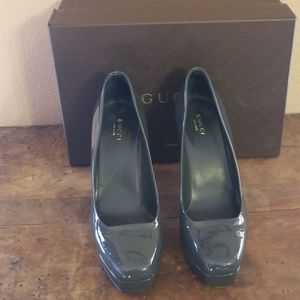 In box Gucci patent gray platform pumps